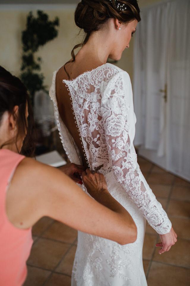 Future mariée mettant sa robe de mariée