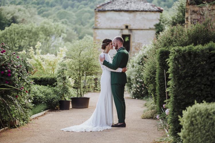 Couple de mariés qui s'embrassent au manoir de la garde