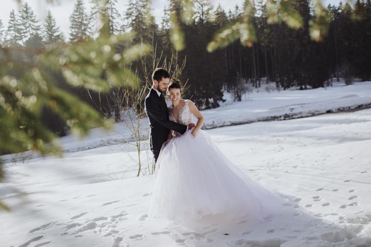 Séance couple de mariés à la neige