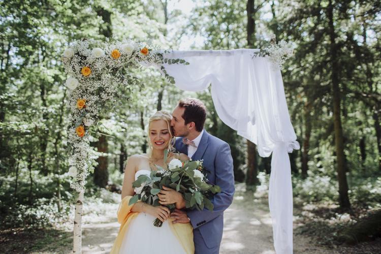 Mariés heureux sous une arche